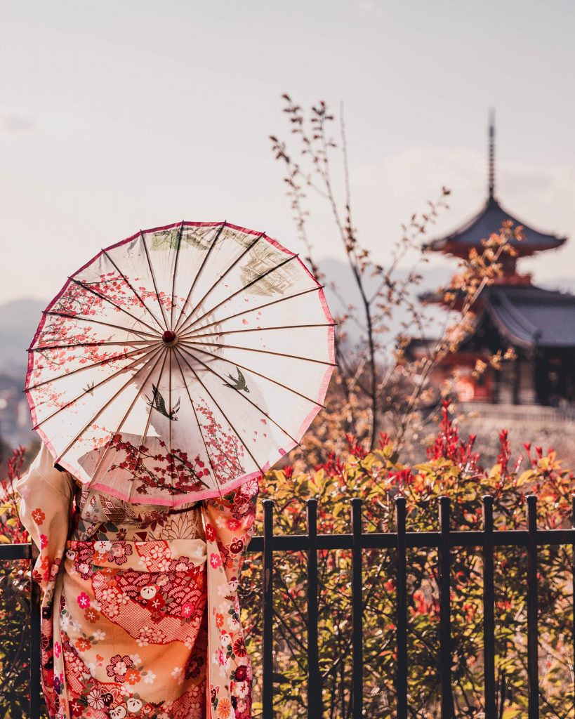 kimono at kiyomizudera temple kyoto